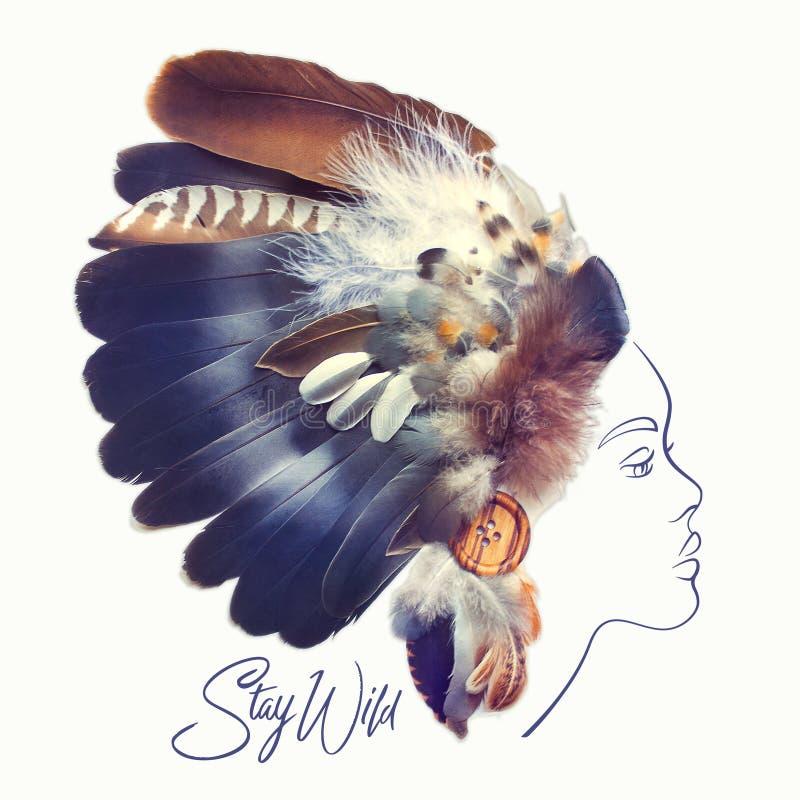 Modestående av den härliga kvinnan med den indiska fjäderhuvudbonaden för indian som göras med verkliga fjädrar Idérik stam- illu arkivfoto