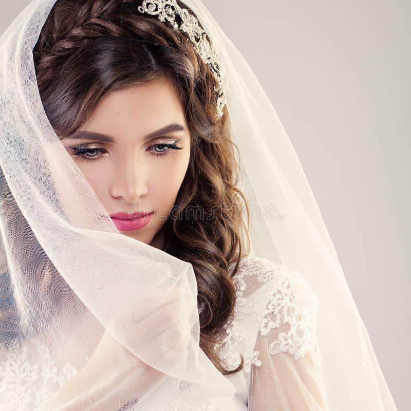 Modestående av den perfekta bruden arkivbild