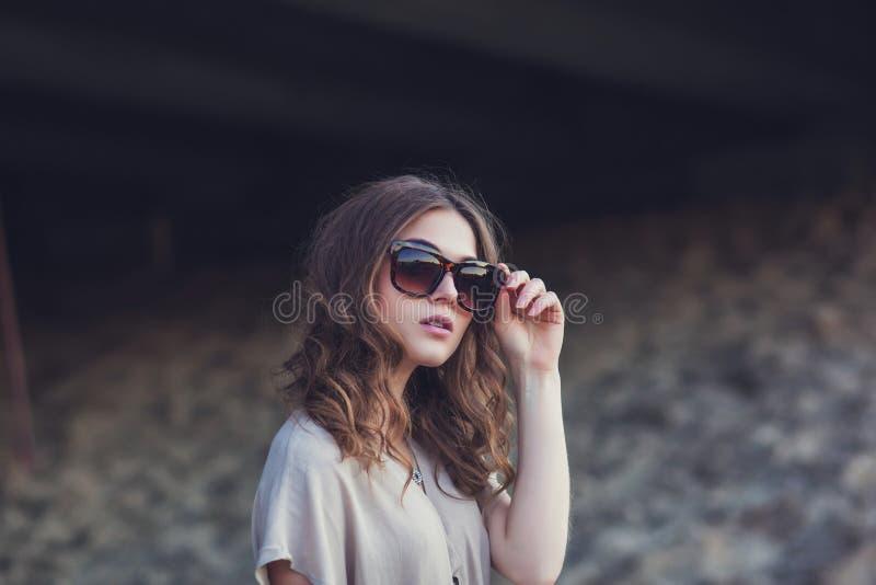 Modestående av den sinnliga härliga unga kvinnan arkivfoto