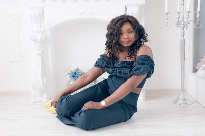 Modestående av den unga härliga afrikansk amerikanflickan royaltyfria bilder