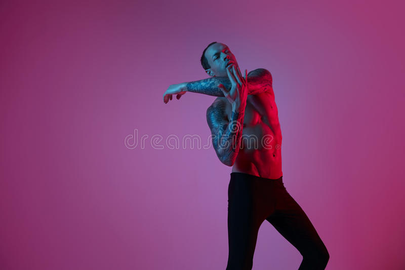 Modestående av elasticiteten för arm för danande för man för sportpassform den attraktiva Manlig naken torso, tatuerade händer, h arkivfoton