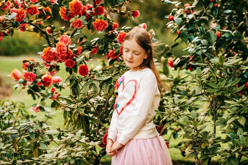 Modestående av en gullig liten flicka av 7 gamla år royaltyfria foton