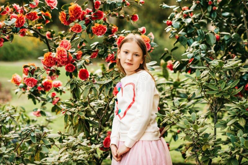 Modestående av en gullig liten flicka av 7 gamla år arkivfoton