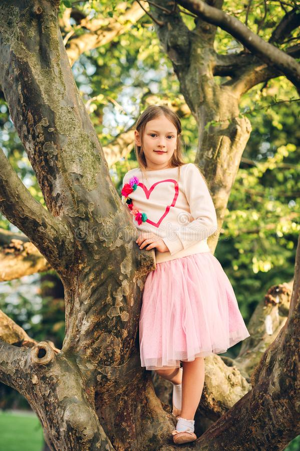 Modestående av en gullig liten flicka av 7 gamla år royaltyfri foto