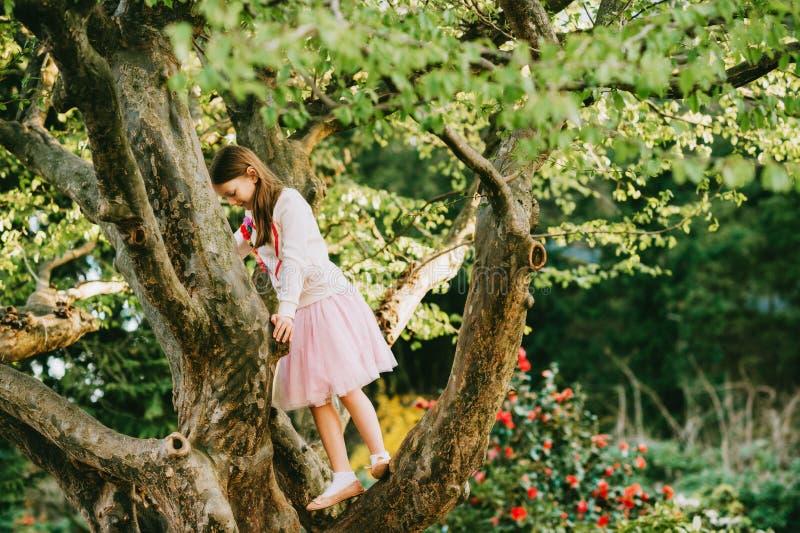 Modestående av en gullig liten flicka av 7 gamla år arkivfoto