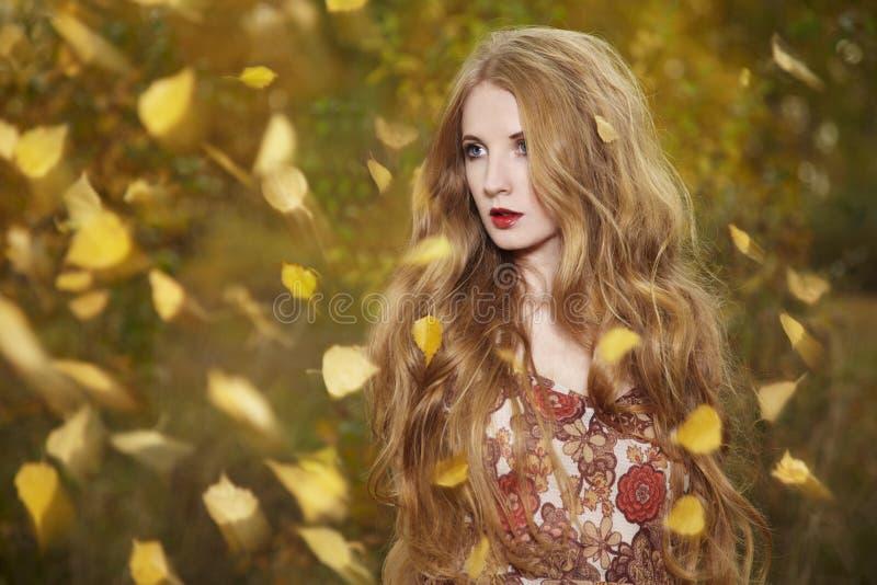 Modestående av en härlig ung kvinna arkivfoto