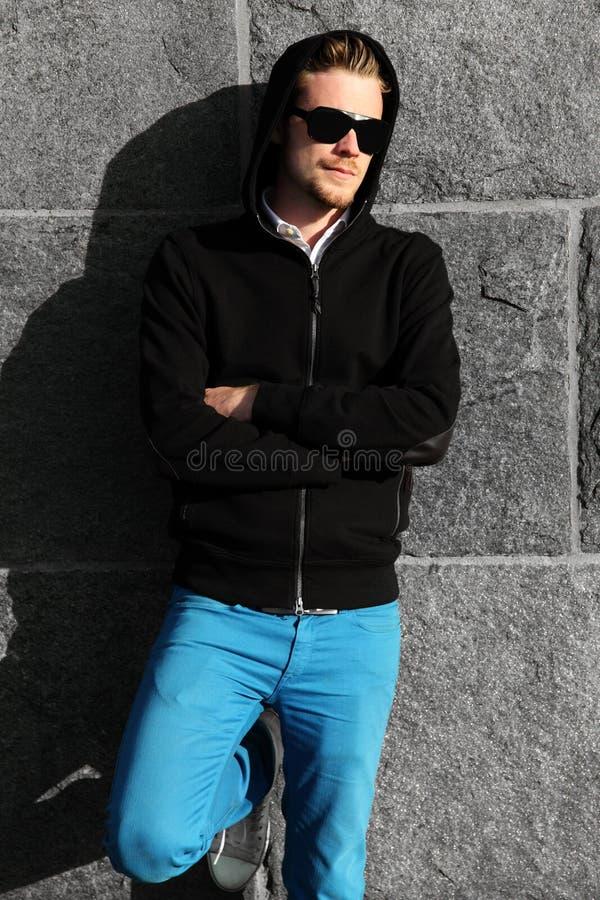 Modestående av en man i solglasögon arkivbild