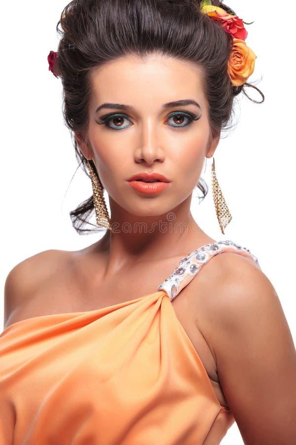 Modestående av en skönhetkvinna fotografering för bildbyråer
