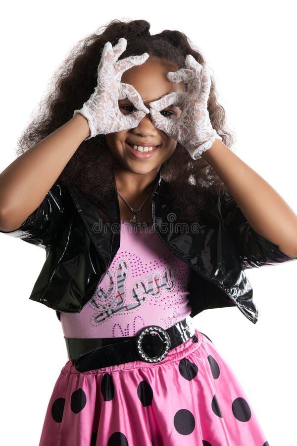 Modestående av flickabarnet solglasögon fotografering för bildbyråer