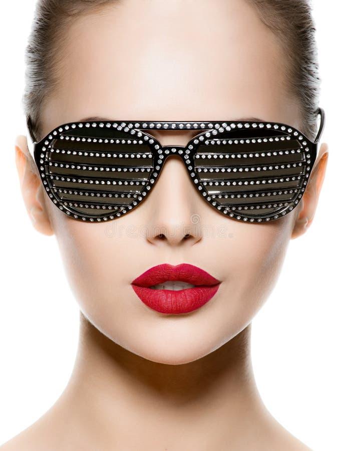 Modestående av kvinnan som bär svart solglasögon med diamanten royaltyfria bilder