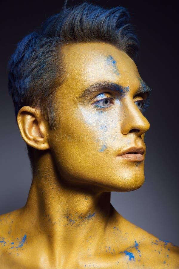 Modestående av mannen med konstnärligt smink arkivfoton