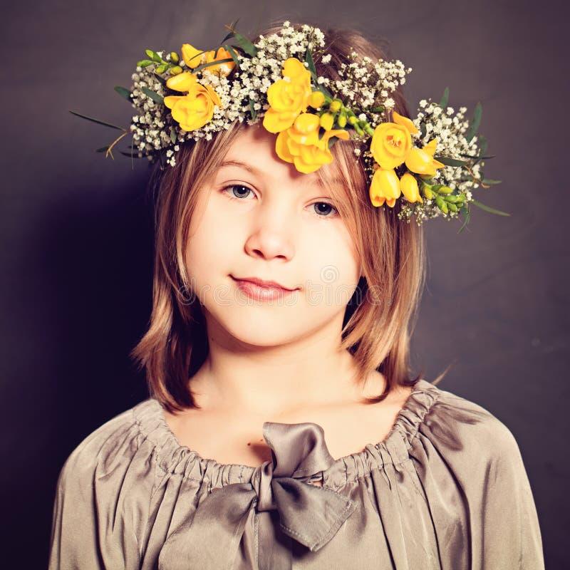 Modestående av ung flicka royaltyfria foton