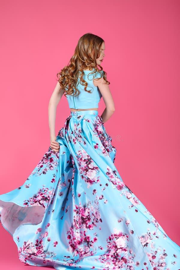 Modestående av unga flickan i ljus klänning royaltyfri foto