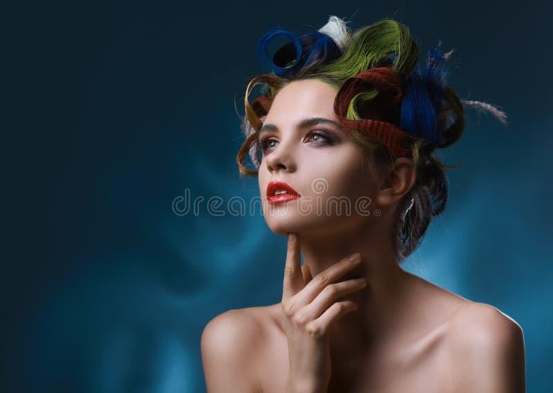Modestående. Härlig kvinna med kulört hår fotografering för bildbyråer