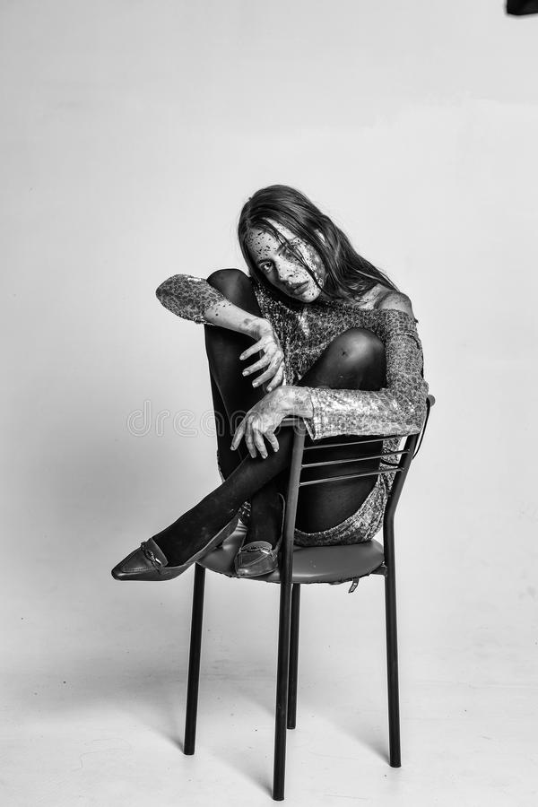 Modestående med konstsmink Levande dödflicka på stångstol arkivfoto