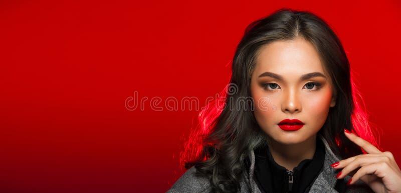 Modeståenden av asiatgrå färger krullar hårkvinnan med stark färg royaltyfri foto