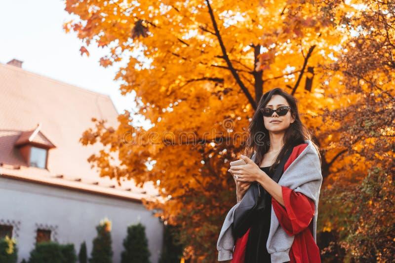 Modeståenden av den härliga kvinnan i höst parkerar royaltyfria foton
