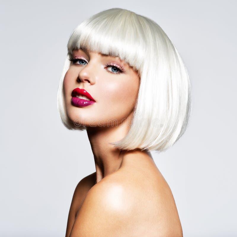 Modeståenden av kvinnan med guppar frisyren royaltyfria bilder