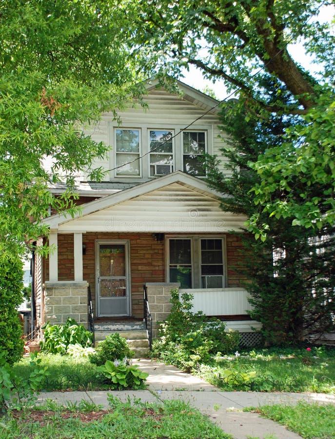 Modest Home i äldre grannskap arkivfoton