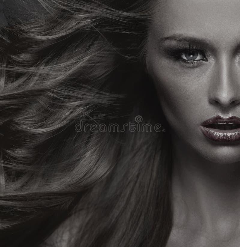 Modestilfoto av den attraktiva unga kvinnan royaltyfri fotografi