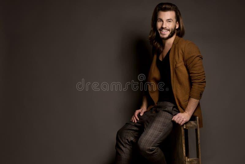 Modestilfoto av den unga mannen fotografering för bildbyråer