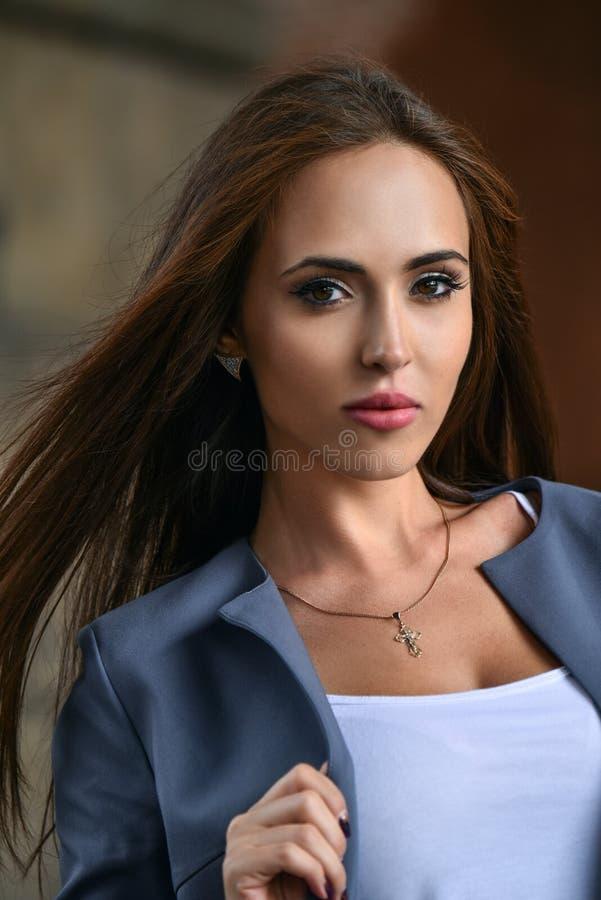Modestilstående av den unga härliga kvinnliga modellen royaltyfria foton