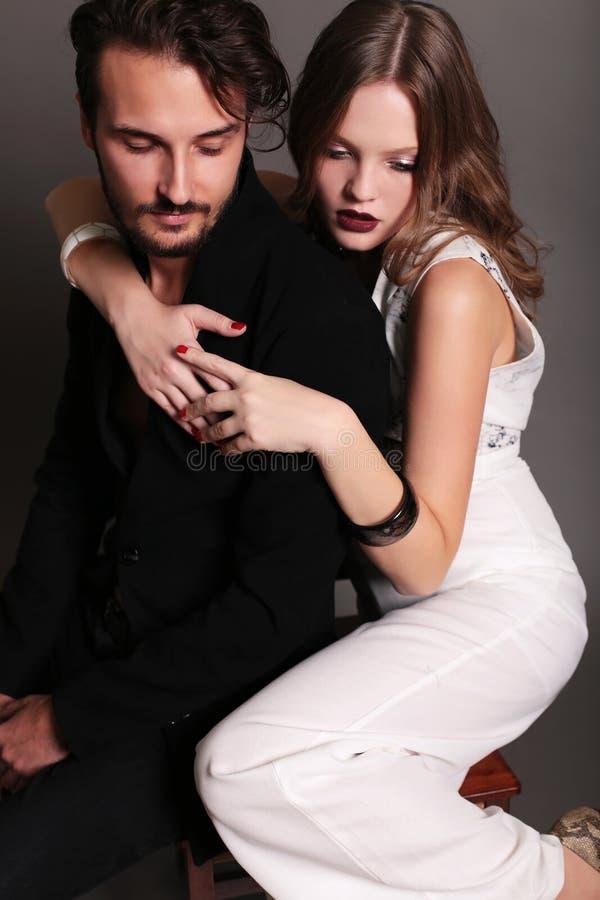 Modestudiofoto av härliga sexiga par royaltyfria foton
