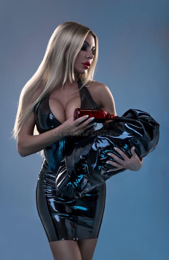 Modestudioporträt der sexy blonden Mutter lizenzfreie stockbilder