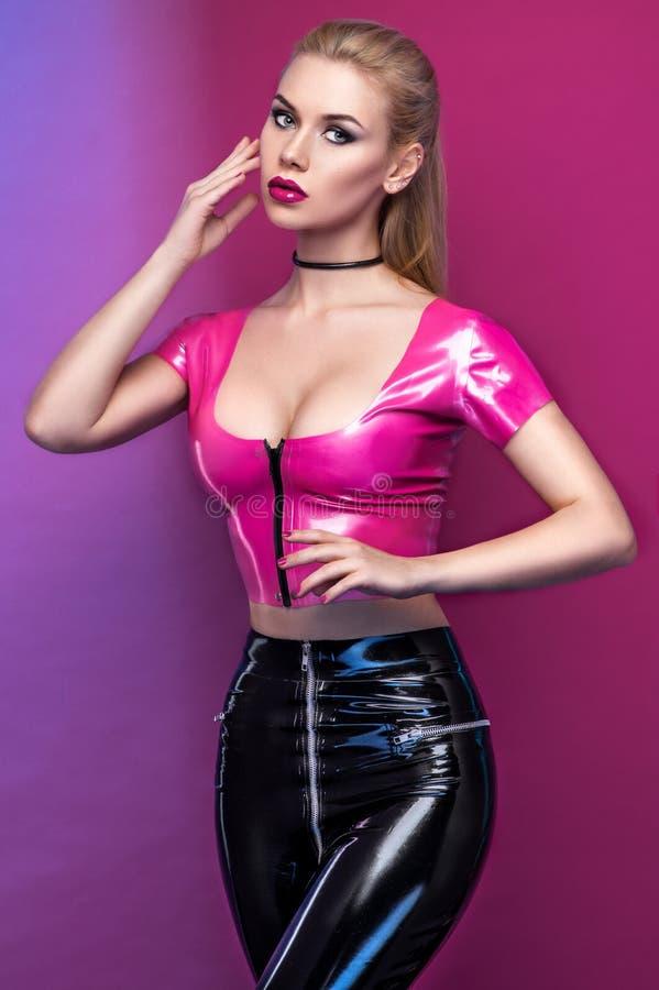 Modestudioporträt von schönem stilvollem blondem stockfotos