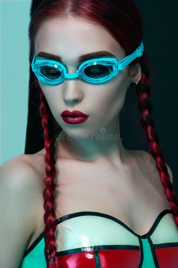 Modestudiostående av den härliga rödhårig mankvinnan royaltyfri foto