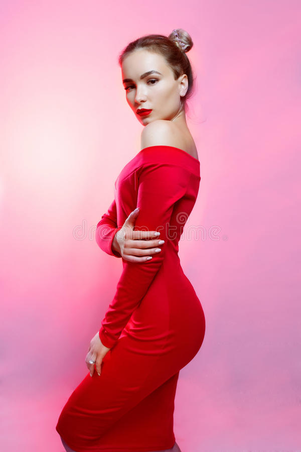 Modestudiostående av den ursnygga sinnliga kvinnan royaltyfri bild