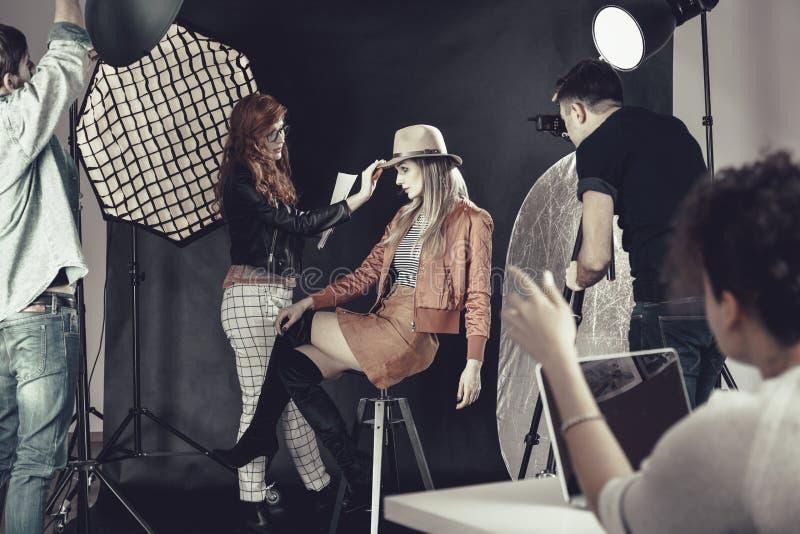 Modestylist med modellen på photoshoot arkivfoton