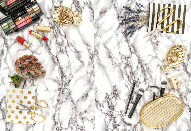 Modetillbehör, skönhetsmedel, anteckningsbok Lägenhet som är lekmanna- för den kvinnliga websiten, blogger, socialt massmedia arkivfoto