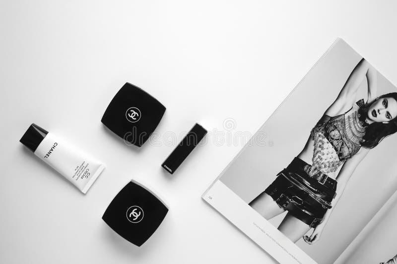 Modezeitschrift- und Markenkosmetik Flatlay stockfoto