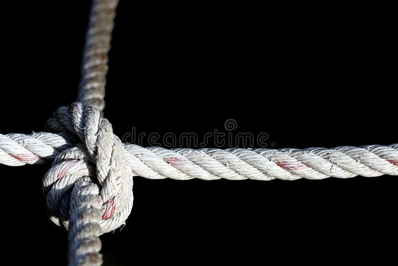 Modi di nylon del nodo quattro della corda, difficili duro risolvere, backgr nero immagine stock libera da diritti