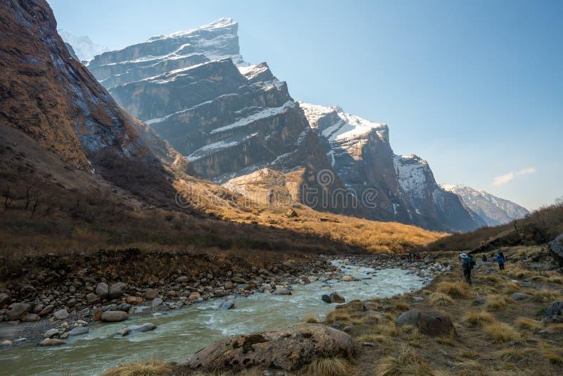 Modi Khola Valley de manier aan Annapurna van Himalayagebergte strekt zich in Nepal uit royalty-vrije stock foto's