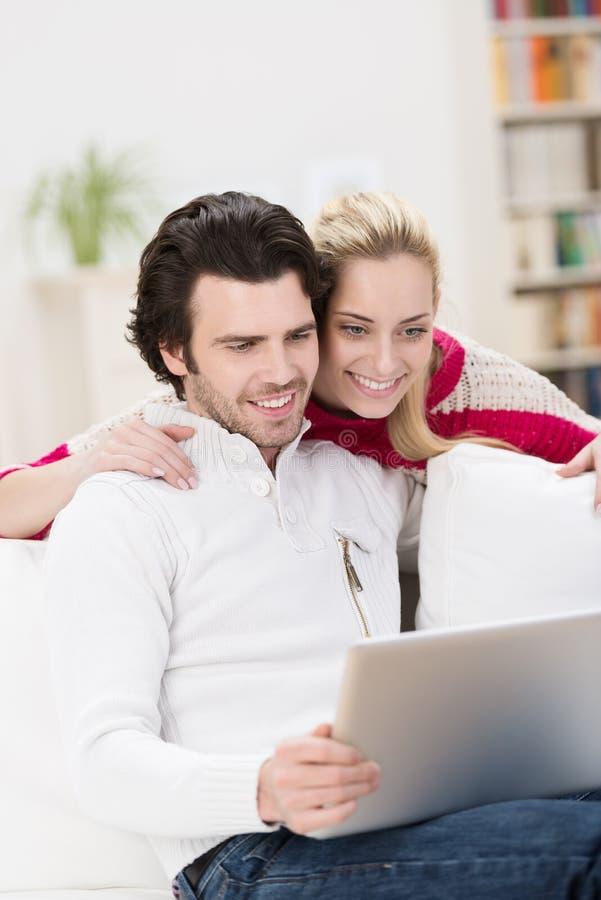 Modieus aantrekkelijk paar die een tablet gebruiken royalty-vrije stock fotografie