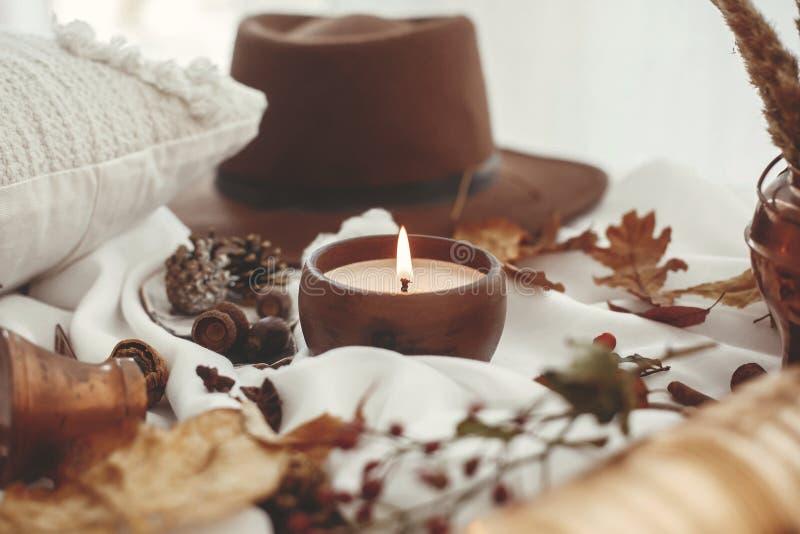 Modieus Autumn Photo Mooie dalingsbladeren, kaarslicht, hoed, stock afbeeldingen