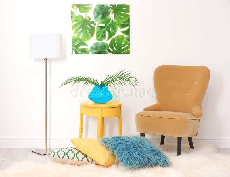 Modieus binnenlands ontwerp met tropische bladeren royalty-vrije stock afbeeldingen