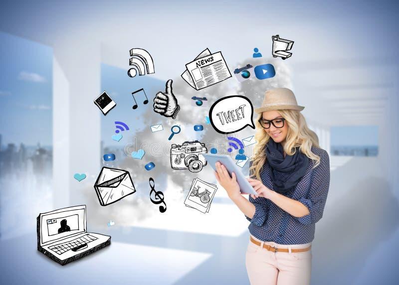 Modieus blonde die tabletpc met app pictogramkrabbels met behulp van royalty-vrije stock afbeelding