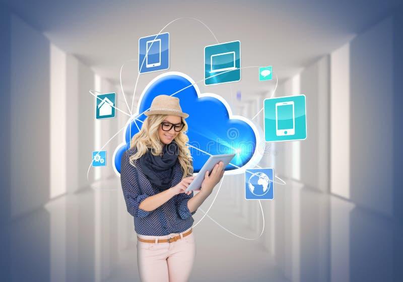 Modieus blonde die tabletpc met app pictogrammen en wolk met behulp van stock fotografie