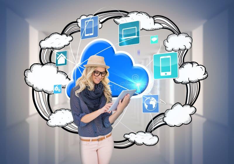 Modieus blonde die tabletpc met app pictogrammen en wolk met behulp van royalty-vrije stock afbeelding