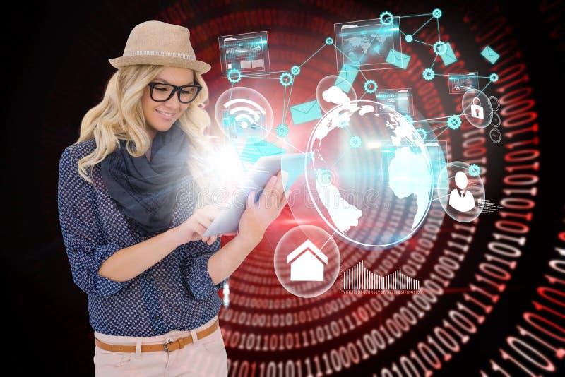 Modieus blonde die tabletpc met interfaces en e-mailpictogrammen met behulp van royalty-vrije stock afbeeldingen