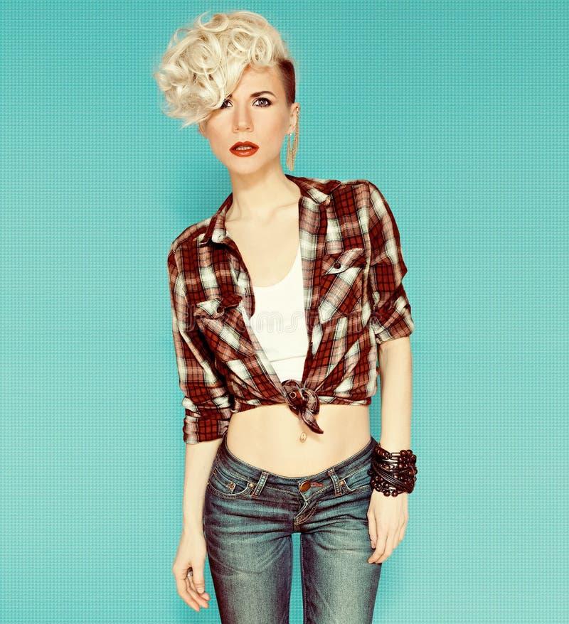 Modieus blondemeisje op blauwe achtergrond royalty-vrije stock foto's