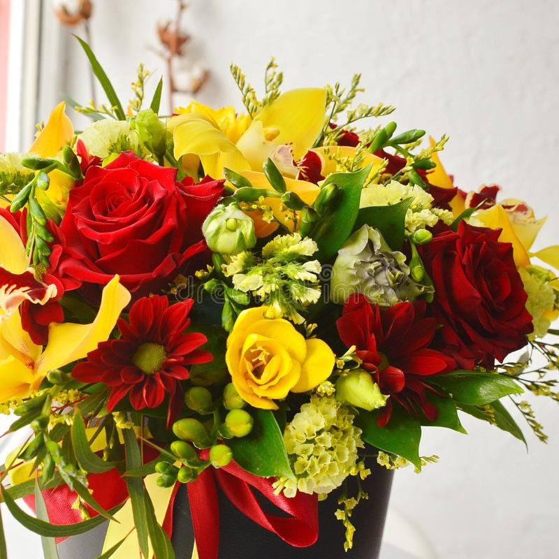 Modieus boeket met rozen en orchideeën stock fotografie