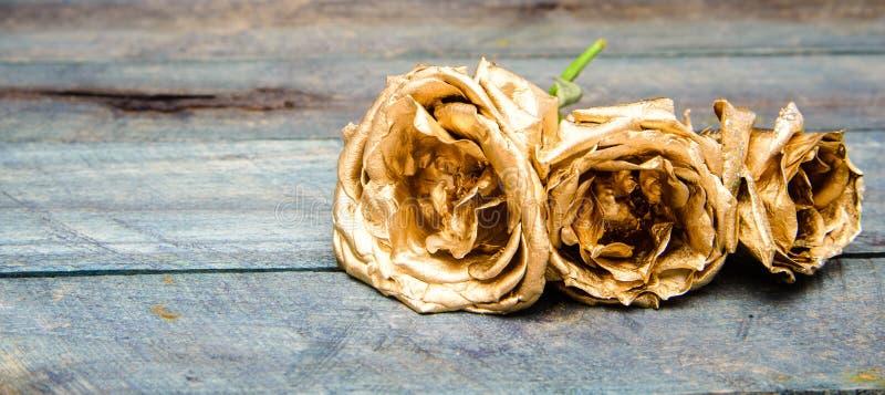 Modieus boeket Plantkundeconcept Mooie zilveren nam toe Bloemenwinkel Metaalstaalkleur Metaalbloemen Eeuwige schoonheid royalty-vrije stock foto's