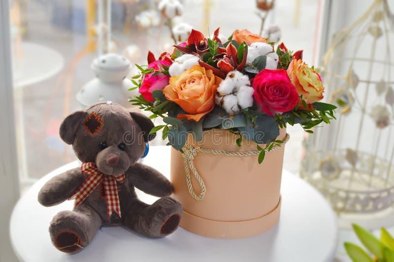 Modieus boeket van bloemen in een beige hoedendoos royalty-vrije stock afbeeldingen