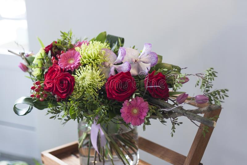 Modieus boeket van bloemen van gerberas, de rozen van Bourgondië, orchideeën, tulpen royalty-vrije stock afbeeldingen