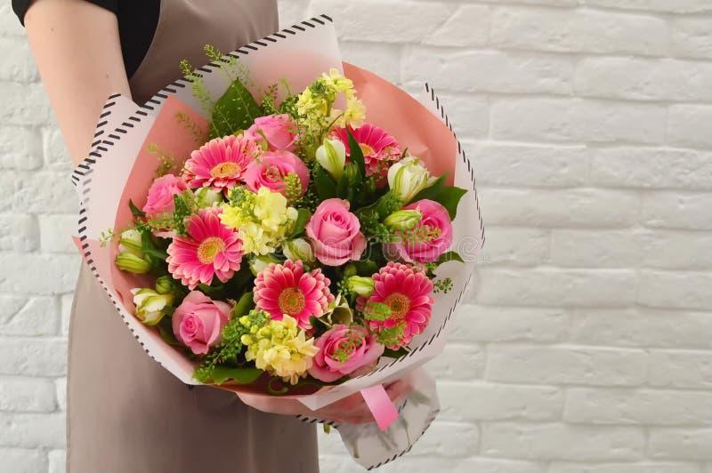 Modieus boeket van roze bloemen stock foto's