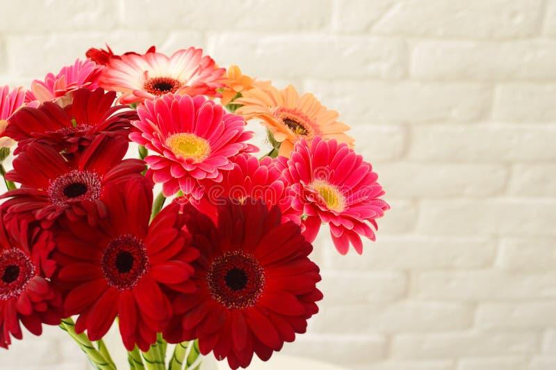 Modieus boeket van roze bloemen stock foto